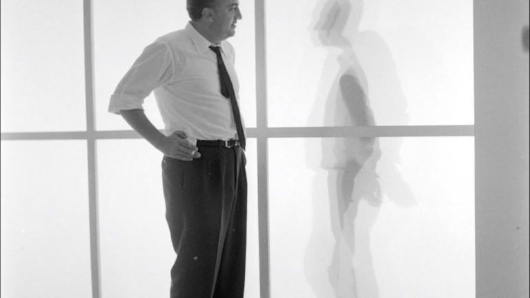 Federico Fellini bei den Dreharbeiten zu 8½. Foto von Paul Ronald.